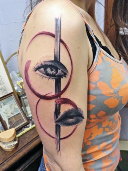 Tatuaggio Spalla Occhio Labbra di Toko Lören Tattoo
