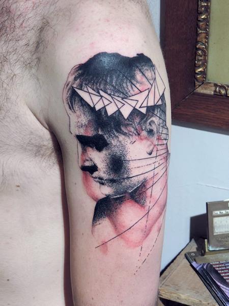 Schulter Porträt Abstrakt Tattoo von Toko Lören Tattoo