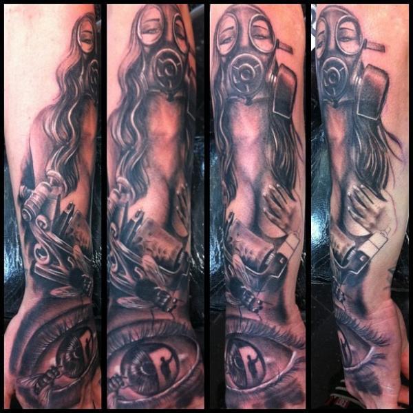 Tatuaje Brazo Mujer Ojo Gas Máscara por Underworld Tattoo Supplies