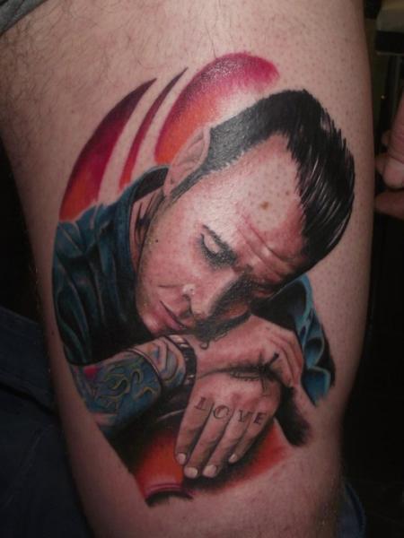 Porträt Realistische Oberschenkel Tattoo von Underworld Tattoo Supplies
