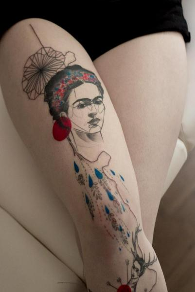 Porträt Oberschenkel Tattoo von Dead Romanoff Tattoo
