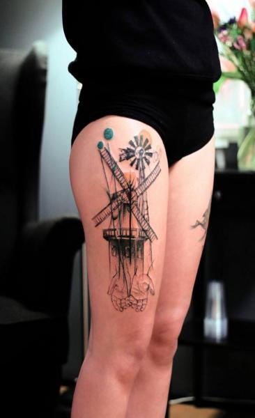 Oberschenkel Windmühle Tattoo von Dead Romanoff Tattoo