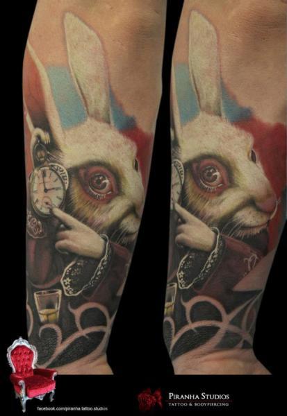 Tatuaggio Braccio Fantasy Coniglio Alice Nel Paese Delle Meraviglie di Piranha Tattoo Studio