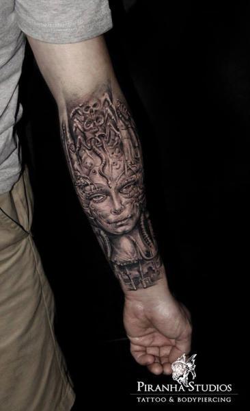 Arm Fantasie Giger Tattoo von Piranha Tattoo Studio