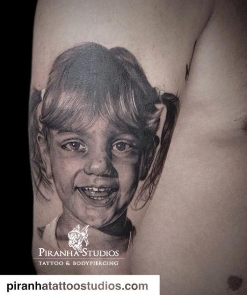 Arm Porträt Realistische Kinder Tattoo von Piranha Tattoo Studio