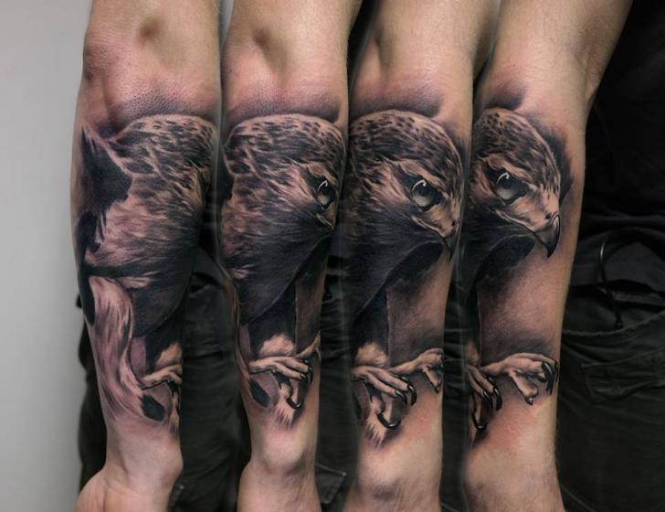 Tatuaggio Braccio Realistici Aquila di Piranha Tattoo Studio