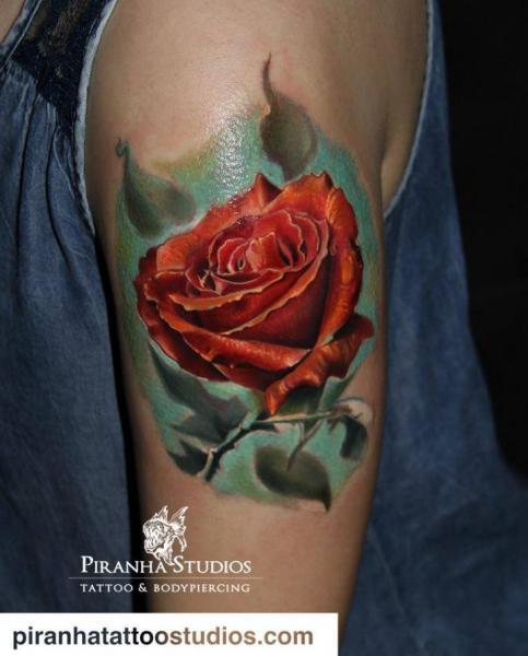Tatuaggio Braccio Realistici Fiore Rose di Piranha Tattoo Studio