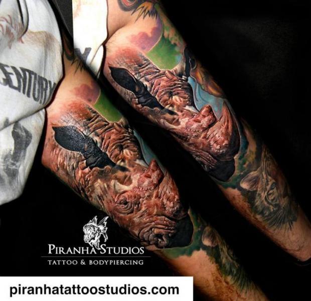 Arm Realistische Rhinozeros Tattoo von Piranha Tattoo Studio