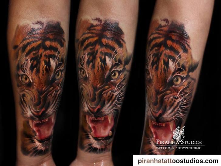 Tatuaggio Braccio Realistici Tigre di Piranha Tattoo Studio