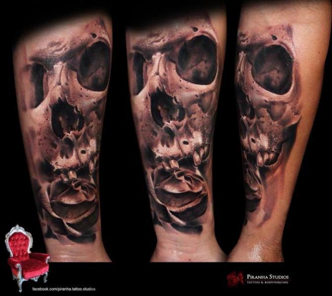 Tatuaje Brazo Flor Cráneo por Piranha Tattoo Studio