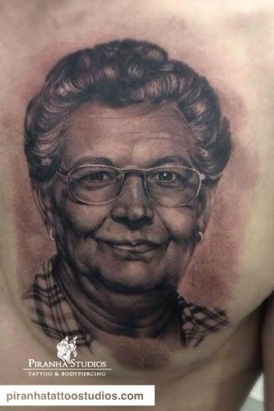 Porträt Realistische Brust Tattoo von Piranha Tattoo Studio