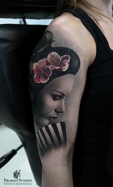 Tatuaje Hombro Realista Geisha por Piranha Tattoo Studio