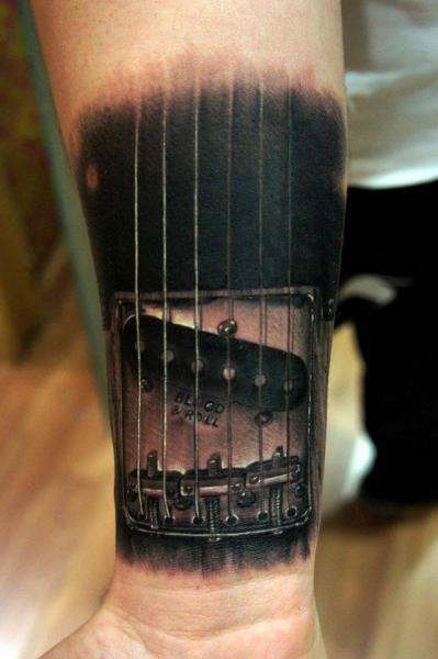 Arm Realistische Gitarre Tattoo von Fredy Tattoo