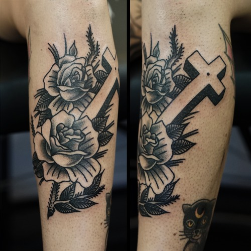 Arm Old School Blumen Crux Tattoo von Philip Yarnell