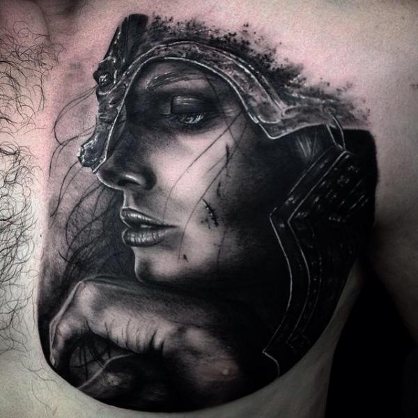 Tatuaje Pecho Mujer Casco por Drew Apicture