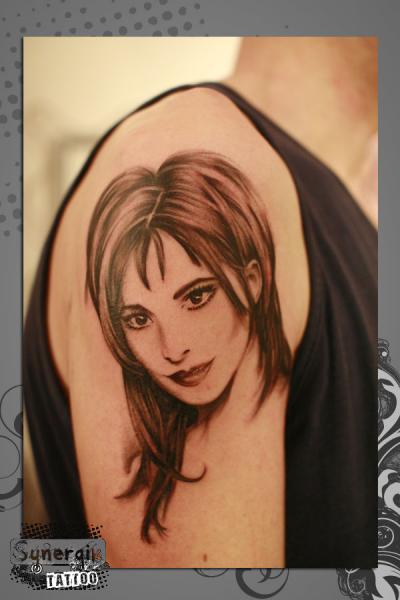 Tatuaje Hombro Retrato Realista por Synergik Tattoo