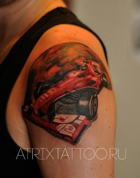 Tatuaggio Spalla Macchina F1 Ferrari di Atrixtattoo