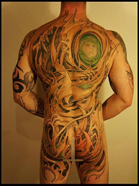 Tatuaje Biomecánica Espalda Culo Abstracto por White Rabbit Tattoo
