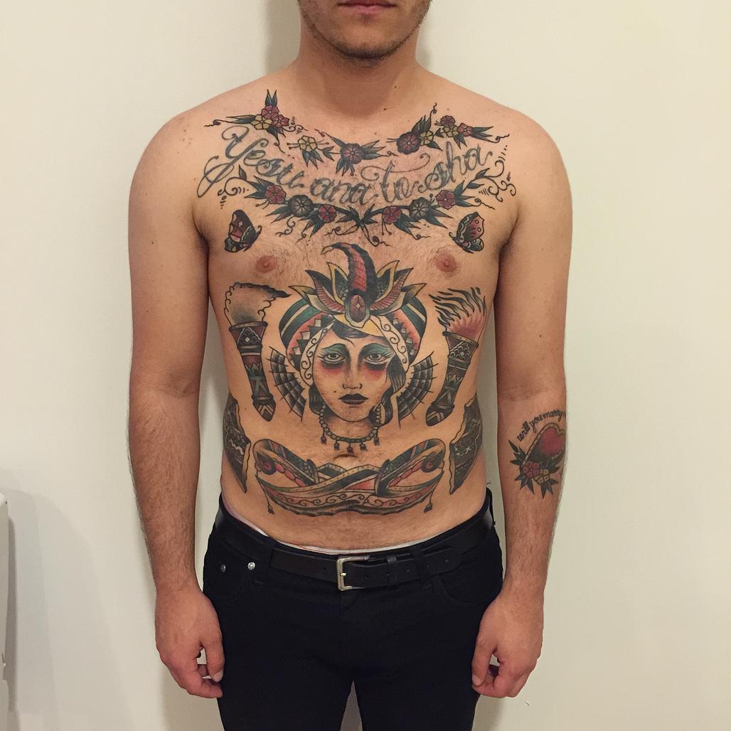 Tatuaje Pecho Old School Vientre por Hidden Moon Tattoo