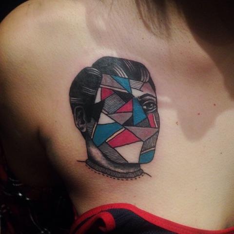 Tatuaje Pecho Abstracto por Hidden Moon Tattoo