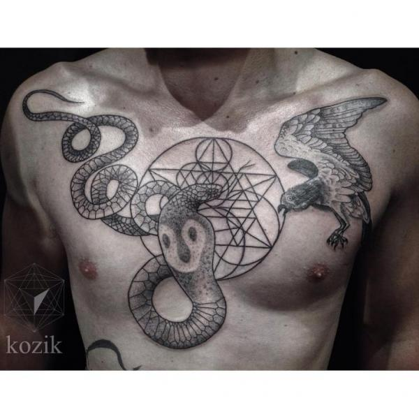 Tatuaje Serpiente Pecho Dotwork Pájaro por Hidden Moon Tattoo