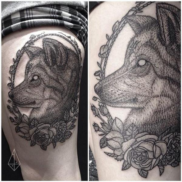 Tatuaje Lobo Dotwork Muslo por Hidden Moon Tattoo