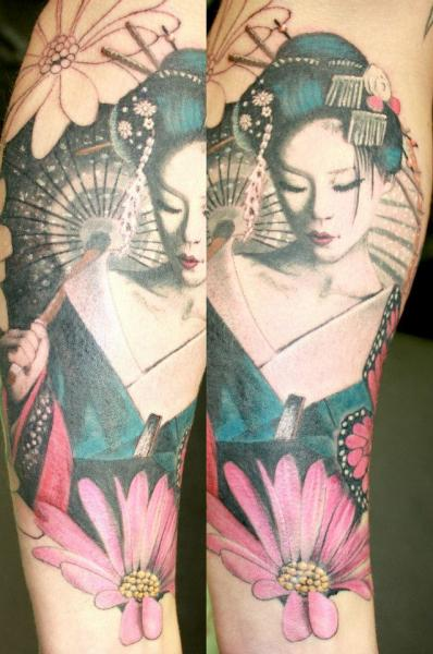 Tatuaje Brazo Flor Geisha por Herzstich Tattoo