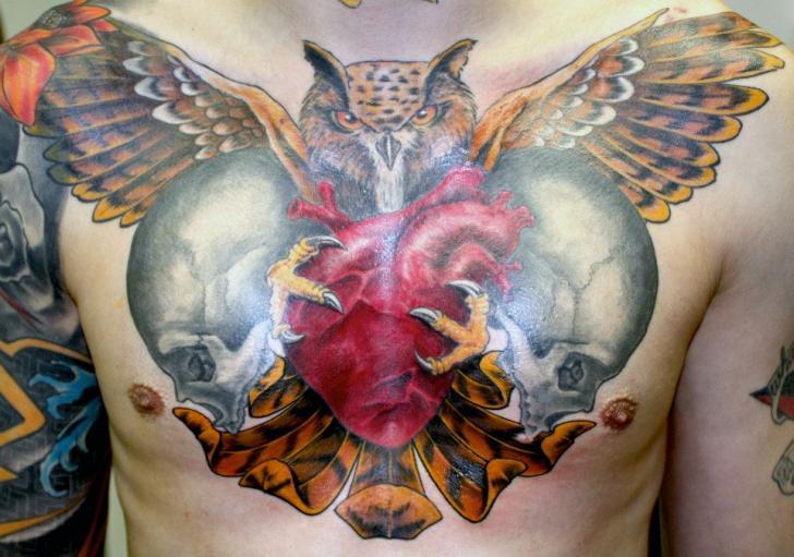 Tatuaje Pecho Corazon Cráneo Búho por Herzstich Tattoo