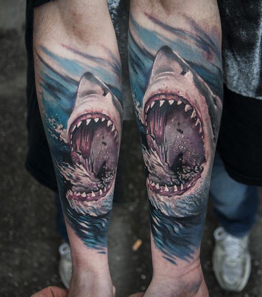 Tatuaje Brazo Realista Tiburón por Pawel Skarbowski