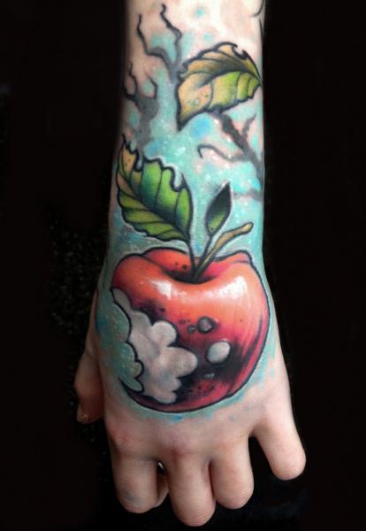 Hand Apfel Tattoo von Pawel Skarbowski
