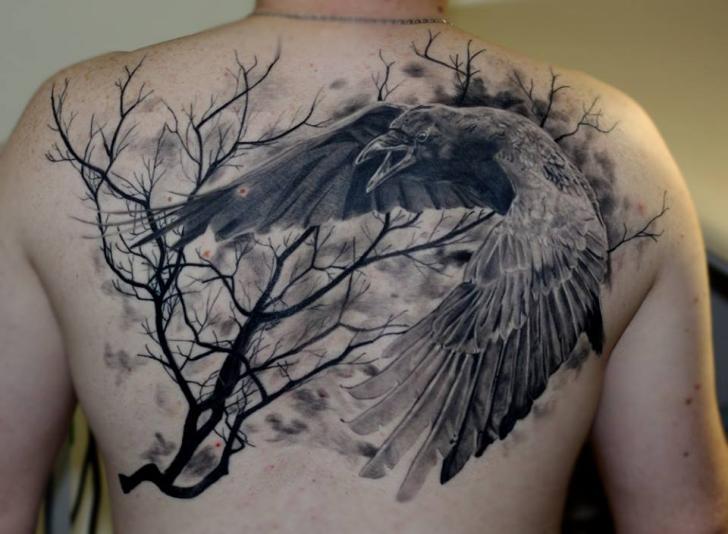 Realistische Rücken Krähen Baum Tattoo von Nikita Zarubin