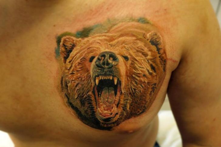 Realistische Brust Bären Tattoo von Nikita Zarubin