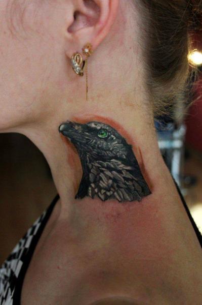 Tatuaggio Realistici Collo Corvo di Nikita Zarubin
