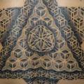 tatuaje Espalda Dotwork Triángulo por Fade Fx Tattoo