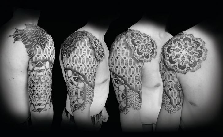 Tatuaje Hombro Dotwork Geométrico por Fade Fx Tattoo