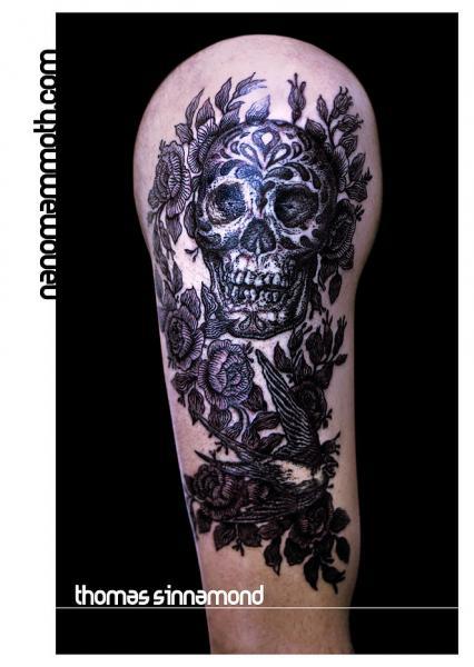 Schulter Arm Blumen Totenkopf Tattoo von Thomas Sinnamond