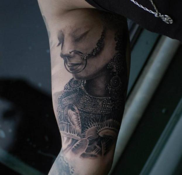 Arm Porträt Tattoo von Matthew James