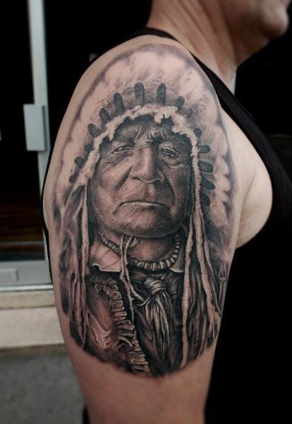 Tatuaje Hombro Retrato Indio por Matthew James