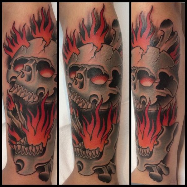 Arm New School Totenkopf Flammen Tattoo von Pat Whiting