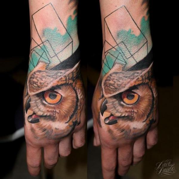 Realistische Hand Eulen Tattoo von Dave Paulo