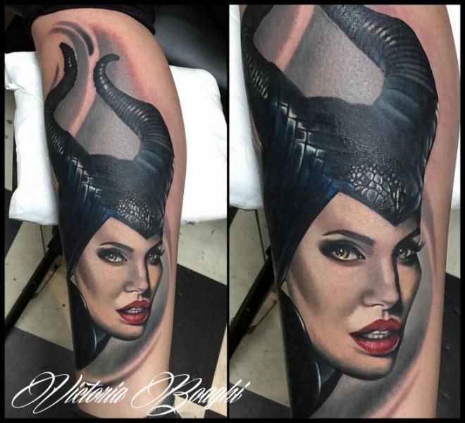 Tatuaje Fantasy Retrato Pierna por Victoria Boaghi