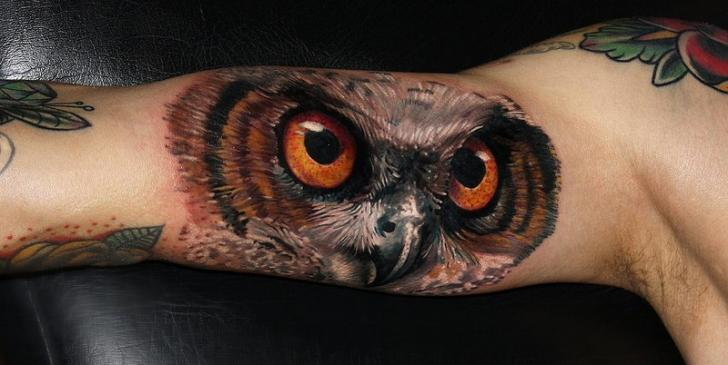 Tatuaje Brazo Realista Ojo Búho Por Carlox Tattoo