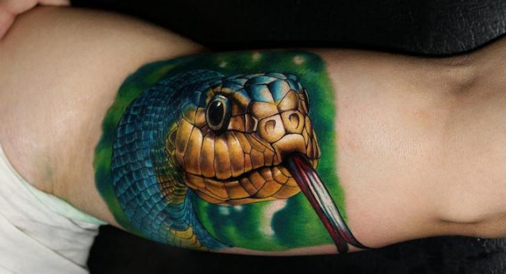 Arm Realistische Schlangen Tattoo von Carlox Tattoo