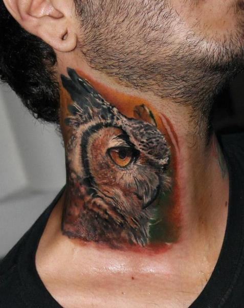Tatuaje Realista Cuello Búho por Carlox Tattoo
