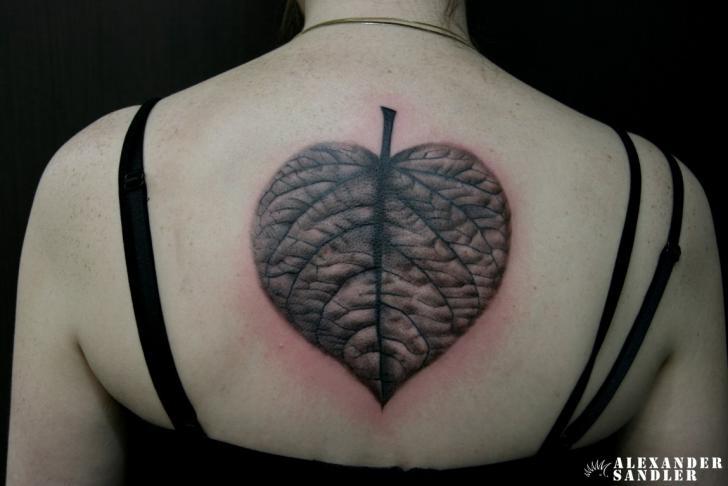 Realistische Rücken Blatt Tattoo von Kipod Studio