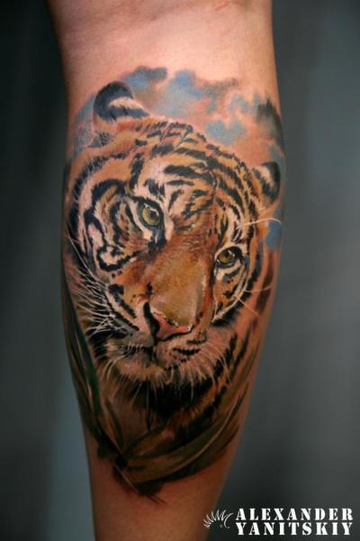 Realistische Waden Tiger Tattoo von Kipod Studio