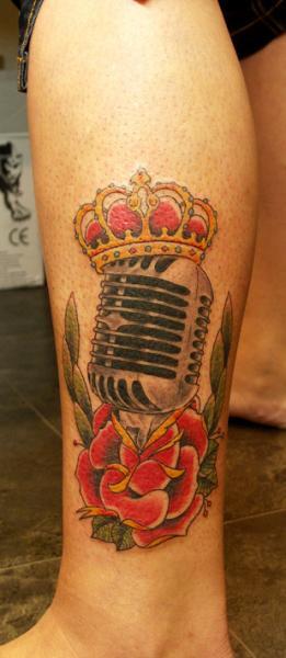 Old School Bein Mikrofon Tattoo von Fairlane Tattoo