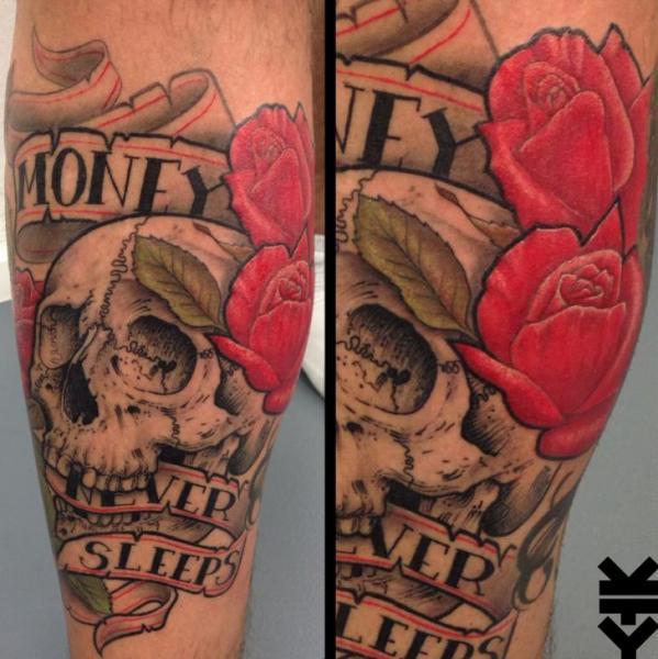 Tatuaje Brazo Flor Letras Cráneo por On Point Tattoo