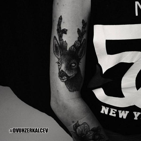 Arm Reh Tattoo von Kostya Dvuhzerkalcev