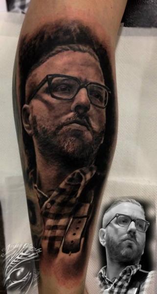 Arm Porträt Realistische Tattoo von Sacred Art Tattoo